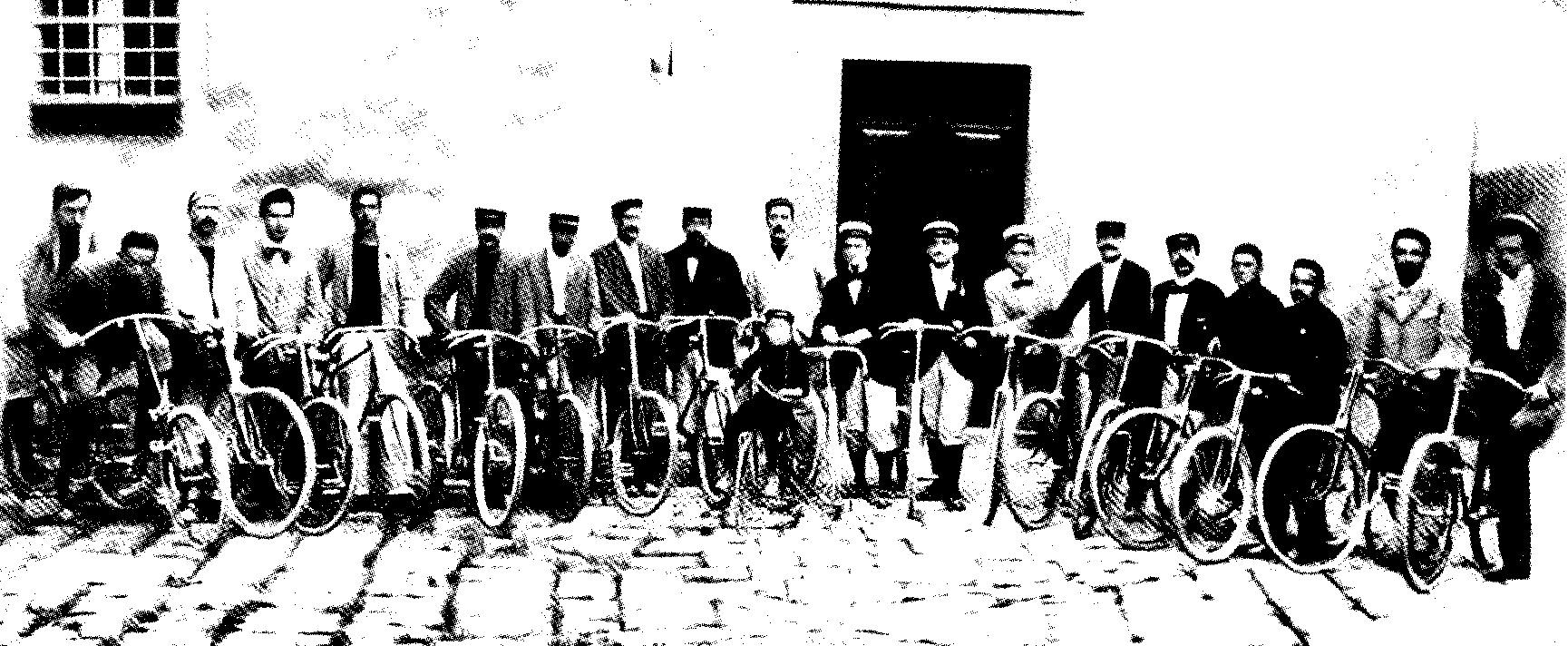 Giacomo Puccini in bicicletta